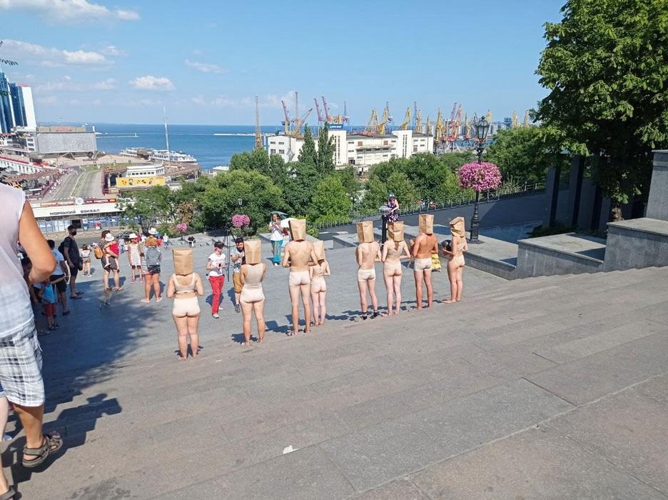 В Одессе на Потемкинской лестнице разделась группа художников-анонимов (фото)