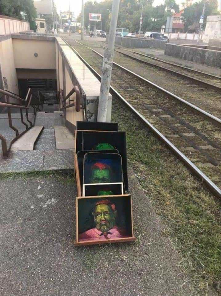 Денис Недолуженко открыл выставку-перфоманс в подземном переходе